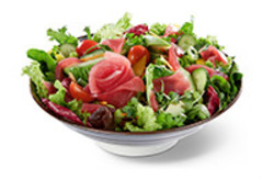 Saisonale Salatmischung mit Thunfisch Sashimi