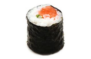 Maki Rolle mit Lachs, Rucola und Mayonnaise