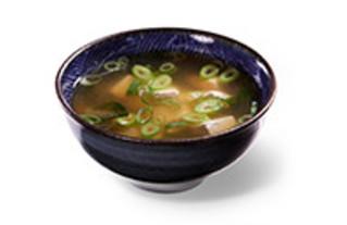 Kleine Misosuppe mit Seetang, Frühlingszwiebeln und Tofuwürfeln als Vorspeise