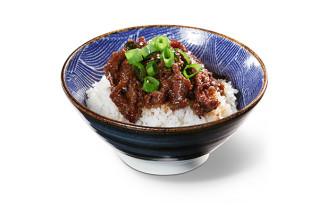 Yakiniku Bowl marinierte, gebratene, fein geschnittene Rindfleischscheiben mit Zwiebeln auf Reis oder Nudeln