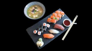 M12 - Kobe - Bestseller Sushi Box + Miso Suppe mit Lachs