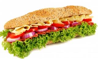 Gebratenes Schinken-Käse-Sandwich mit Kartoffelchips