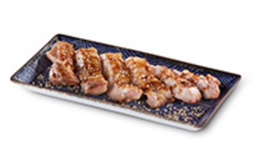 Chicken Teriyaki Auf der Haut gegrilltes Hähnchenschenkelfleisch  in Teriyakisauce mit zwei Beilagen nach Wahl