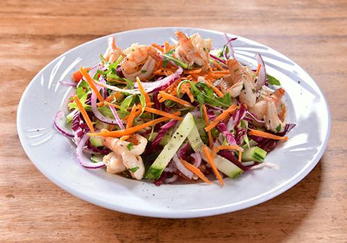 Salat mit gebratenen Riesengarnelen