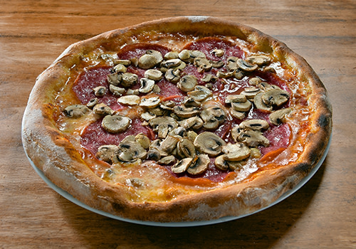 Pizza mit Salami und Champignons