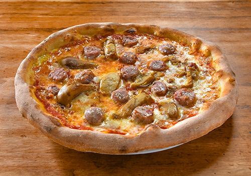 Pizza mit Salsiccia und Steinpilze
