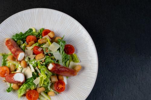 Caesar Salad mit gebratenem Ziegenfrischkäse im Schinkenmantel