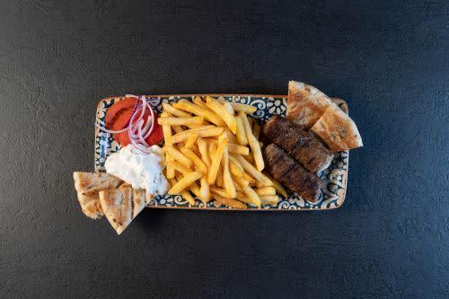 Zwei gegrillte, mit Frischkäse gefüllte, Hackfleischröllchen vom Rind und Lamm