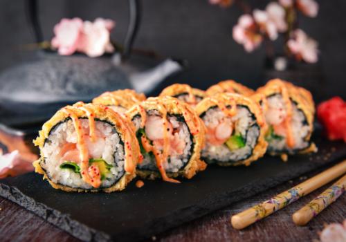 Kyoto Crunchy (Surimi, Lachs, Lauchzwiebel, Avocado & Chili Mayo als Maki mit knuspriger Panade außenrum)(42)