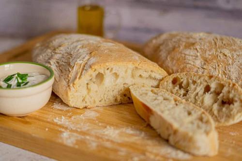 3 Scheiben Ciabatta-Brot mit Knoblauch-Dip
