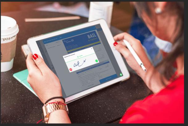 femme qui signe un bail numérique accrédité par la Régie du logement sur la plateforme Bloc Solutions avec sa tablette