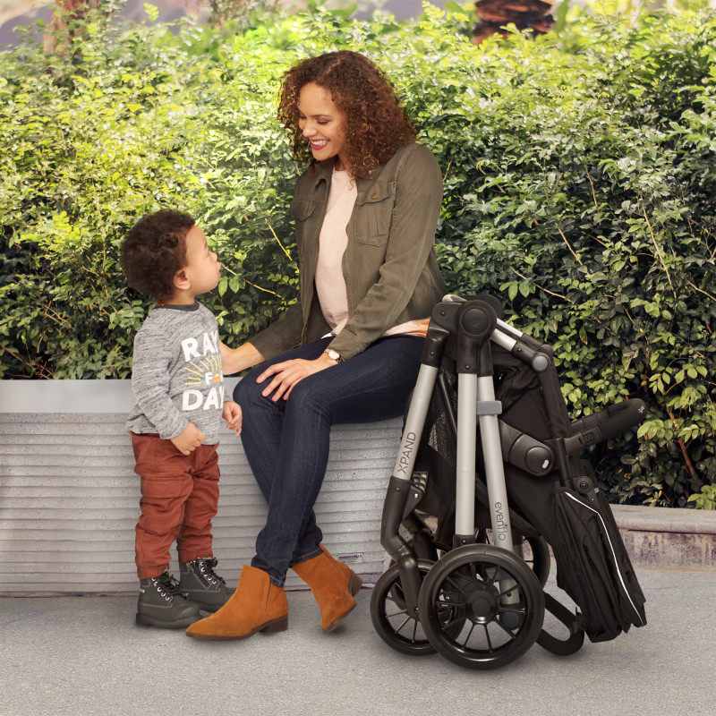 Pivot Xpand™ Modular Stroller Lifestyle Photo