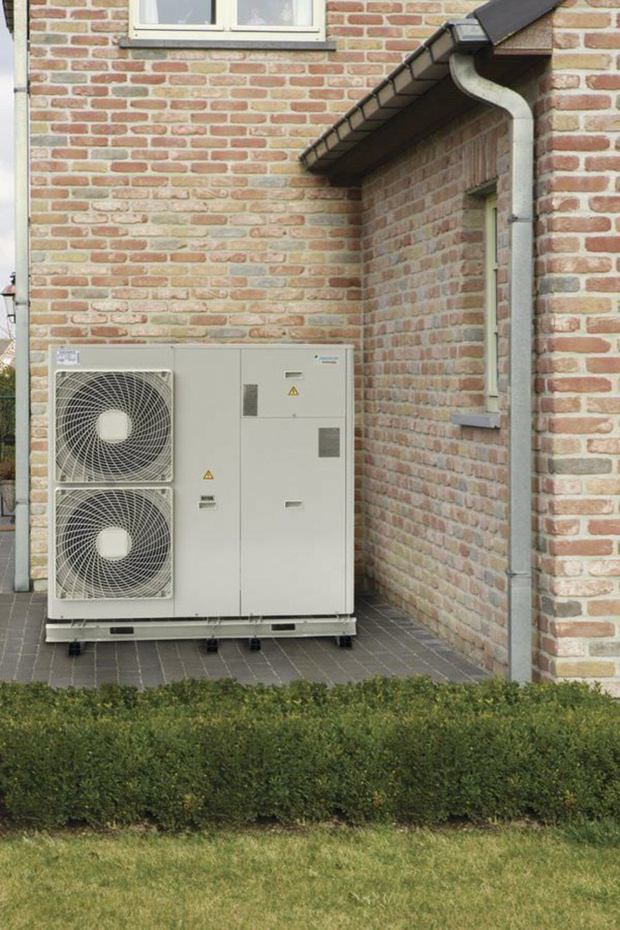 Inverter water chiller / air-cooled / for healthcare facilities 12.2 - 15.7 kW | EWAQ-ACV3 Daikin Europe
