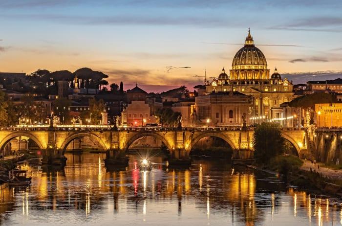 La Ciudad del Vaticano iluminada al atardecer