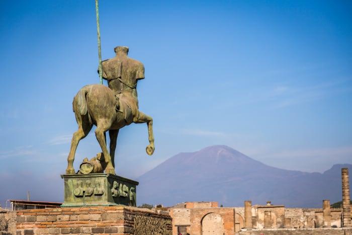 Escultura com o Vesúvio ao fundo