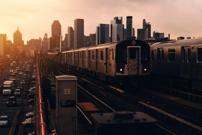 Vista de Queens con el tranvía al atardecer