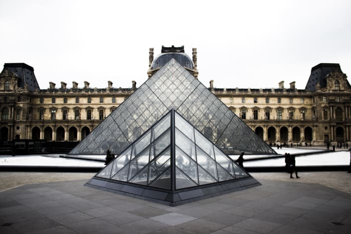 Vista da pirâmide do Museu do Louvre