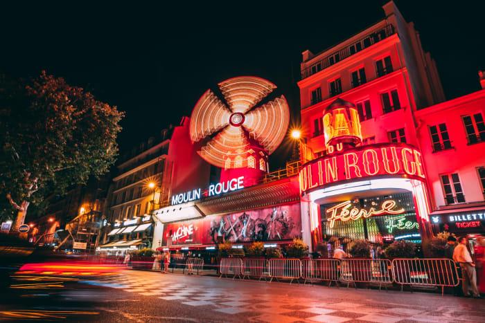 Fila para entrar no show do Moulin Rouge