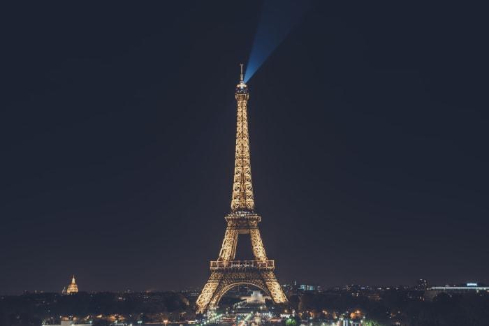 Aproveitando a noite parisiense