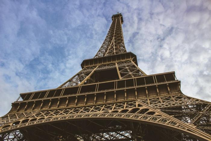 Vistas de baixo da Torre Eiffel