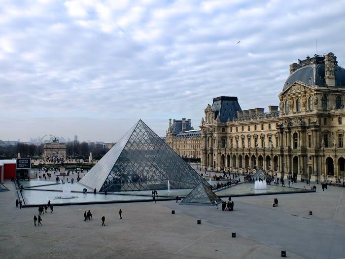Vistas de la piramide del Museo del Louvre