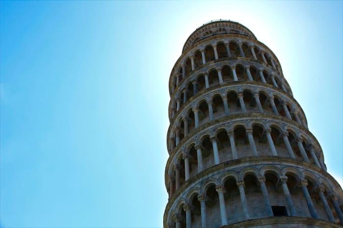Torre de Pisa vista de baixo