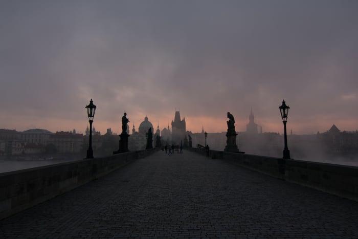 Nascer do sol na Ponte Carlos