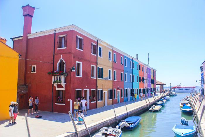 Paseos en barca por los coloridos canales de Burano