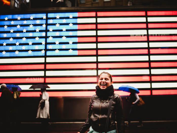 Posando ante la bandera luminosa de Times Square | ©Malvina Battiston