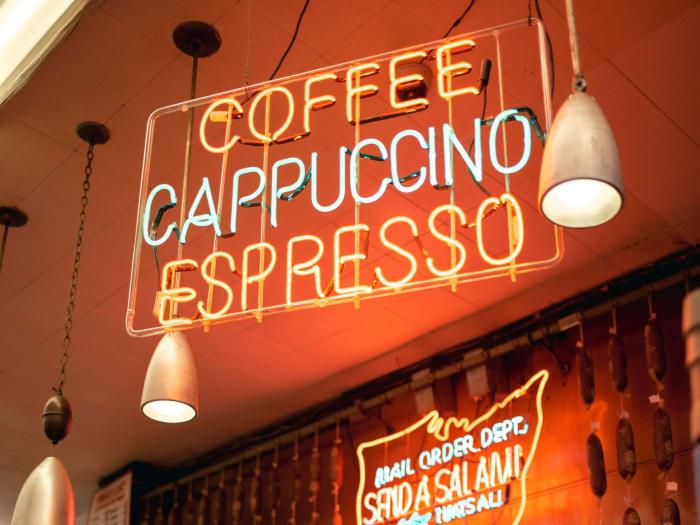 Letrero luminoso de una de las cafetería de Manhattan| ©Malvina Battiston