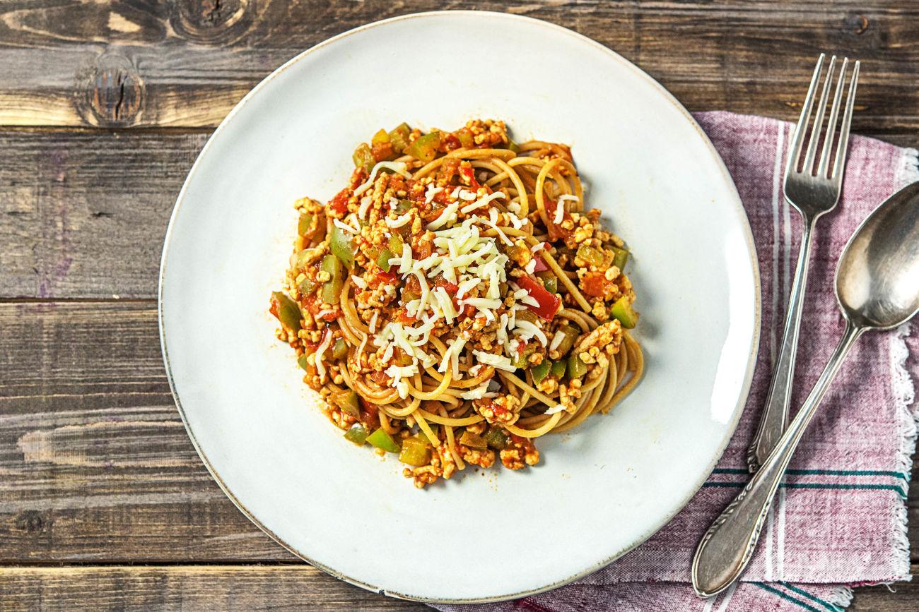 Spaghetti bolognese met kipgehakt en geraspte belegen kaas