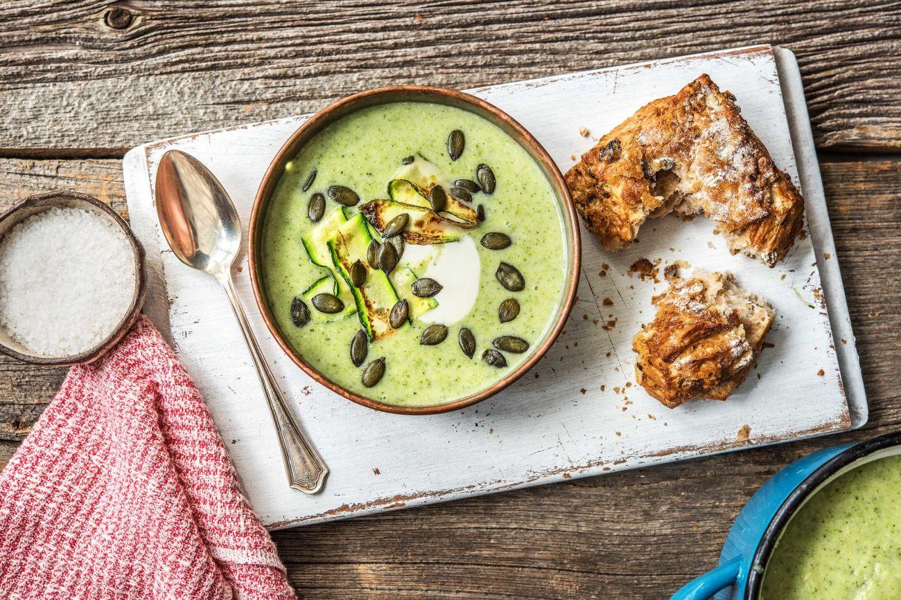 Soupe au brocoli et à la courgette avec une ciabatta aux olives