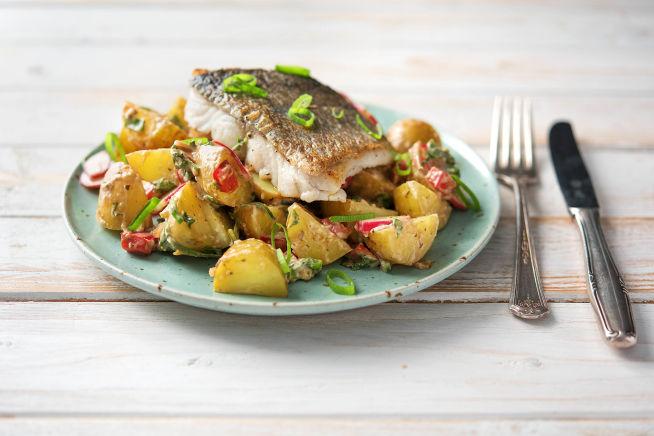 Caloriearme recepten - Gebakken heekfilet met kleurrijke aardappelsalade