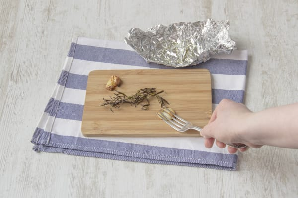 Coarsely chop the rosemary leaves