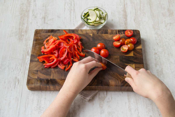 Snijd de courgette, parika en tomatjes klein