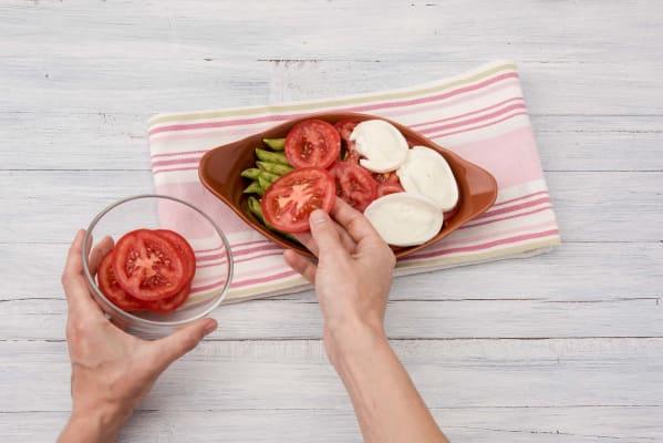 Verdeel de tomaten over de pasta
