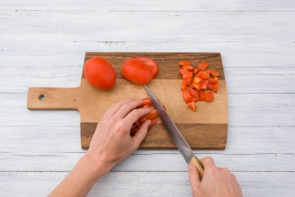 Snijd de tomaat klein