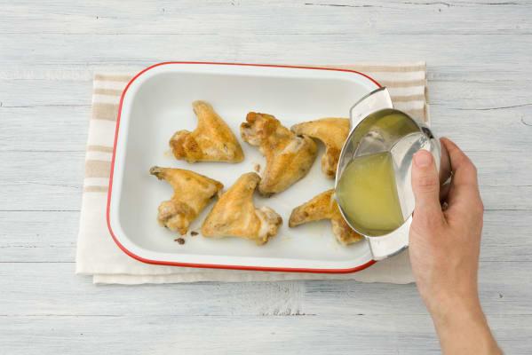 Besprenkel de kip met de citroensap