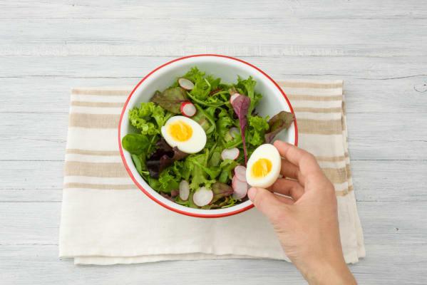 Verdeel het ei over de salade