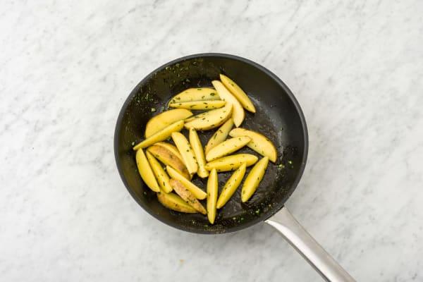 Bak de aardappelen met de helft van de rozemarijn.