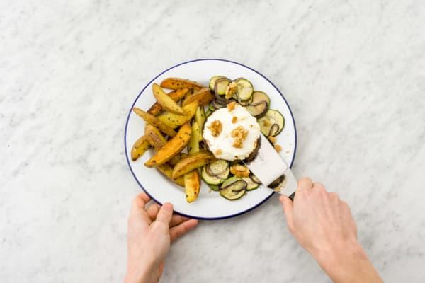 Verdeel de aardappelen en portobello met ovengroenten over de borden.