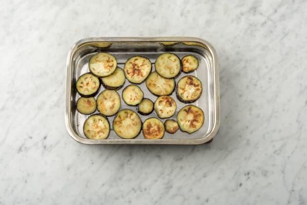 Houd de aubergine warm in een ovenschaal.