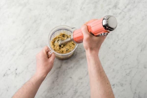 Pureer de aubergine en kikkererwten met een staafmixer tot hummus.