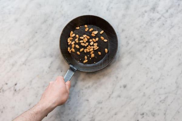 Erdnüsse rösten