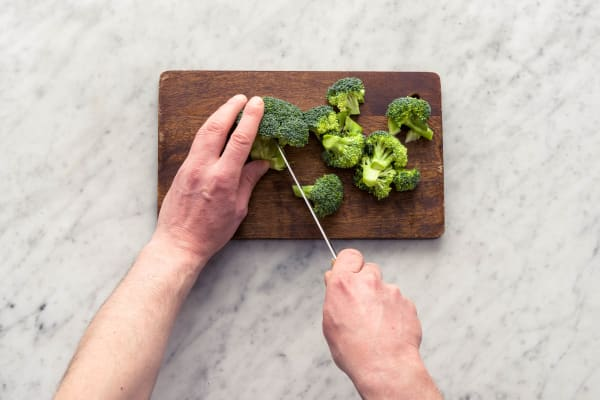 Snijd de broccoli.