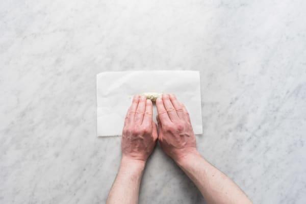 Estragon-Butter in Backpapier einrollen