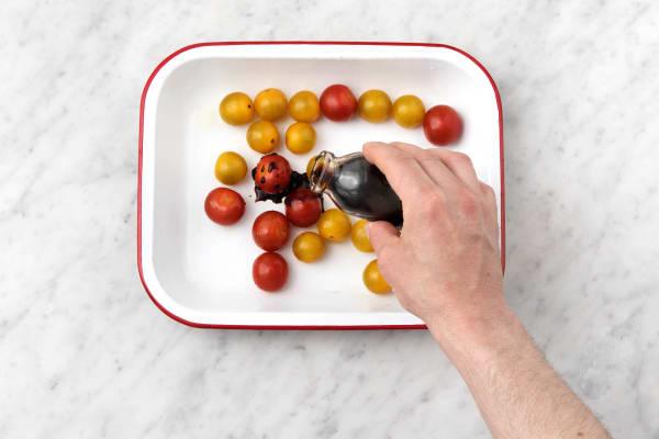 Besprenkel de cherrytomaten met de zwarte balsamicoazijn.