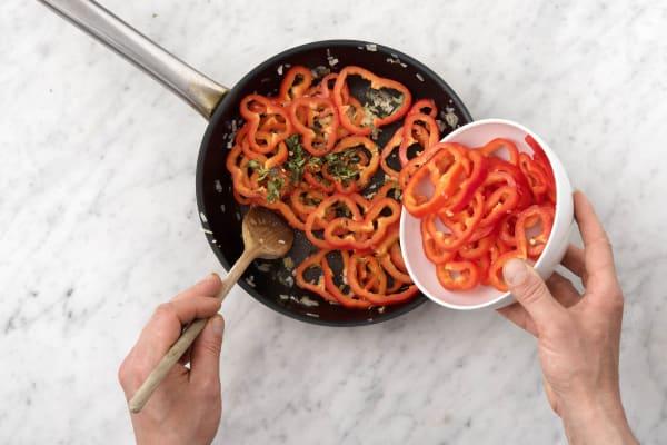 Voeg de Turkse peper toe aan de pan.
