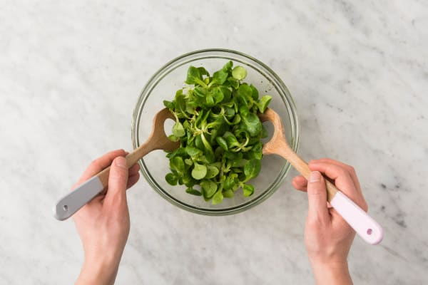 Pasta en salade mengen