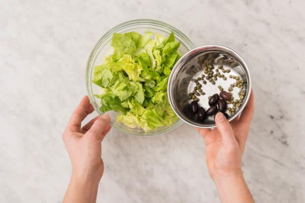 Cuire le poisson et préparer la salade